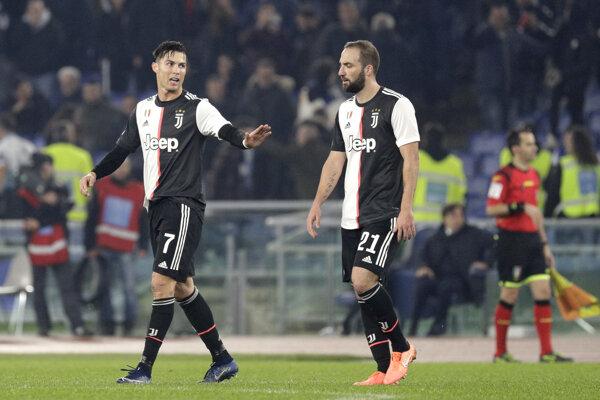 Cristiano Ronaldo (vľavo) a Gonzalo Higuaín po prehre v zápase 15. kola Serie A 2019/2020 Lazio Rím - Juventus Turín.
