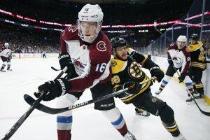 Nikita Zadorov (vľavo) a David Pastrňák v zápase základnej časti NHL 2019/2020 Boston Bruins - Colorado Avalanche.
