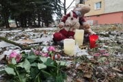 Spontánne pietne miesto vzniklo pri hračke, ktorú vymrštilo z bytovky niekoľko desiatok metrov od miesta výbuchu.