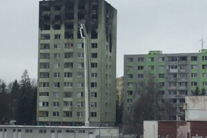 Poškodená bytovka, búrať sa budú minimálne tri vrchné poschodia.