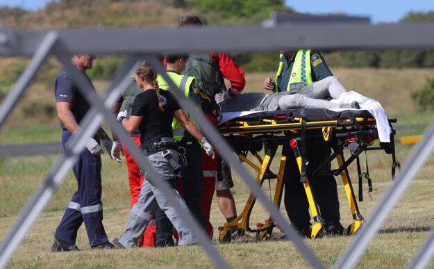 Záchranári po erupcii pomáhajú zranenému v meste Whakatane.