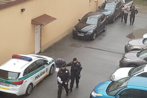 Policajti privádzajú na Okresný súd v Prešove mužov obvinených v súvislosti s tragickým výbuchom plynu na Mukačevskej ulici v Prešove.