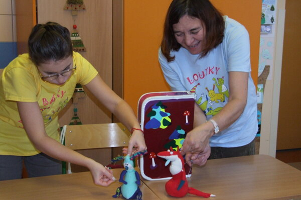 Jana (vpravo) a Paťa zahrali s bábkami rozprávku O zajkovi a líštičke.