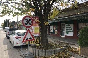 Pred prevádzkou na Zelenečskej je aj niekoľko parkovacích miest. Ak sú obsadené, niektorí šoféri neváhajú odstaviť auto aj na cyklochodníku.