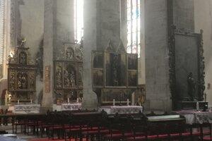 Časť bočných oltárov už zreštaurovali.