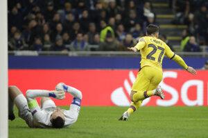 Carles Perez (vpravo) oslavuje gól v zápase Ligy majstrov 2019/2020 Inter Miláno - FC Barcelona.