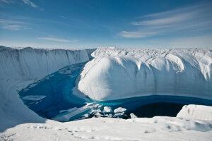 Niekoľko liet po sebe tento hlboko zarezaný kanál prepravoval vodu z roztopeného ľadovca do odtokovej diery, ktorá vedie až k podložiu ľadovca.
