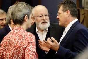 Zľava eurokomisárka zodpovedná za digitálne záležitosti Margrethe Vestagerová, prvý podpredseda Európskej komisie Frans Timmermans a slovenský eurokomisár Maroš Šefčovič počas zasadnutia nového tímu eurokomisárov 4. decembra 2019 v Bruseli.