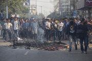 Ľudia v Indii protestujú proti udeľovaniu občanstva nemoslimom.