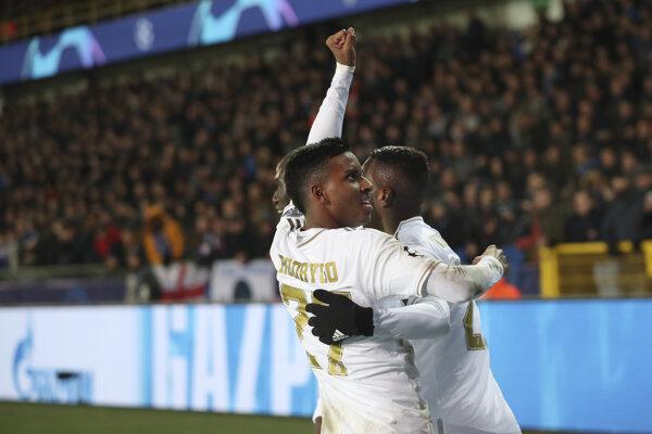 Rodrygo (vľavo) oslavuje gól v zápase Ligy majstrov 2019/2020 FC Bruggy - Real Madrid.