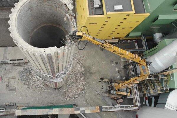 Búracie práce so špeciálnym 68-metrovým ramenom.