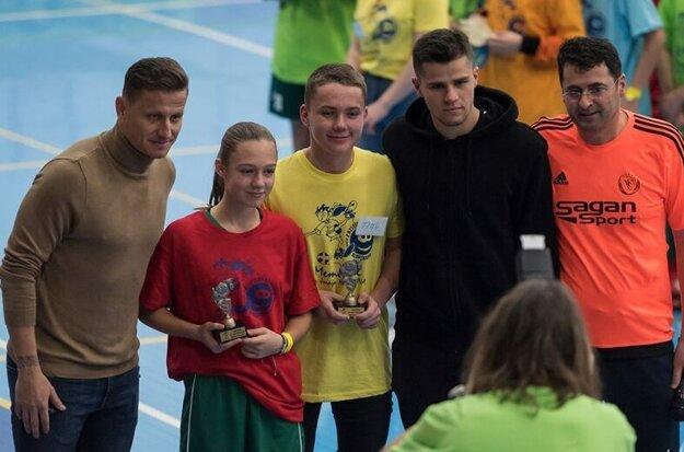 Mladým talentom zablahoželali v Giraltovciach aj ligisti Igor Žofčák (prvý zľava) či Martin Regáli (druhý sprava).