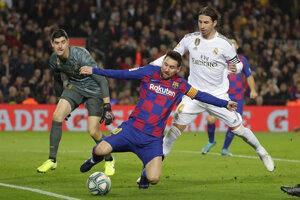 Lionela Messiho bráni Sergio Ramos, súboj sleduje brankár Realu Thibaut Courtois.
