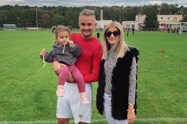 Ivan Pařenica na ihrisku v H. Nemciach so svojou dcérkou a priateľkou.