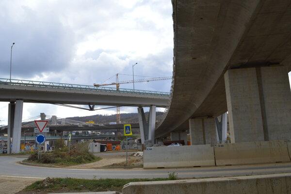 Stavba najzložitejšej mimoúrovňovej križovatky na Slovensku. Prepojí diaľnicu D1 s rýchlostnou cestou R4 a miestnymi cestami.