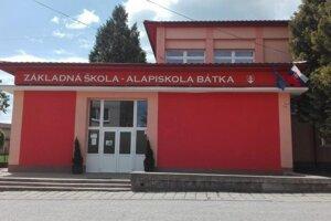 Do školy v Bátke dochádzajú deti z ďalších 12 obcí.
