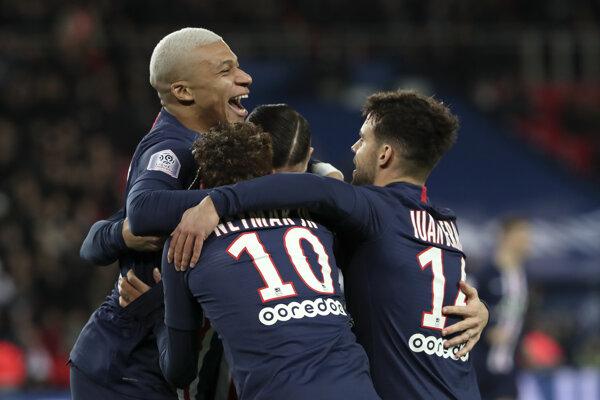 Kylian Mbappe (vľavo hore) oslavuje gól v zápase proti SC Amiens.