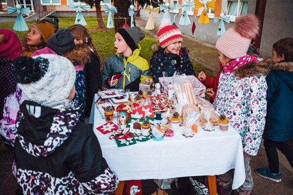 Atmosféra vianočných trhov na Dvojke. Mnohé z výrobkov vytvorili práve deti.