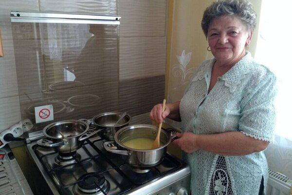 Janka Kiseľová pri varení kuľaše.
