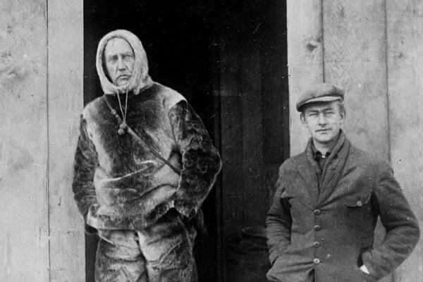 Roald Amundsen (vľavo) v roku 1903.