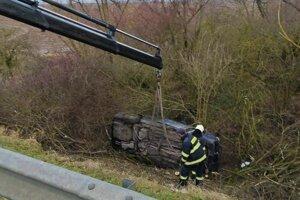 Hasiči zasahujú pri nehode.