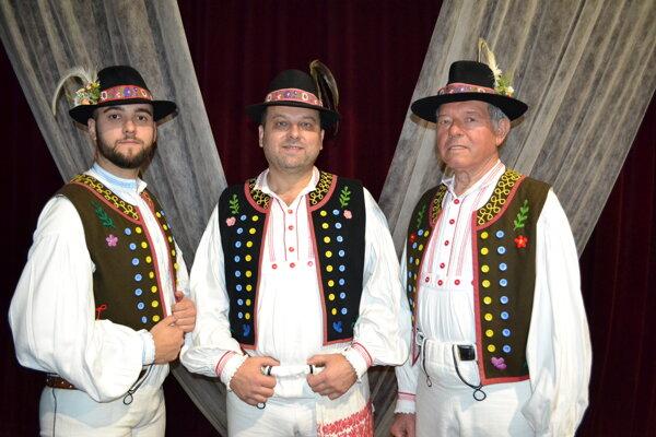 Jubilant Ľudovít Džubák (v strede) s otcom Albertom (77) a synom Samuelom (25).