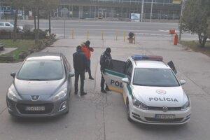 Policajti na dvoch autách priviezli v sobotu Tomáša na krajský súd.