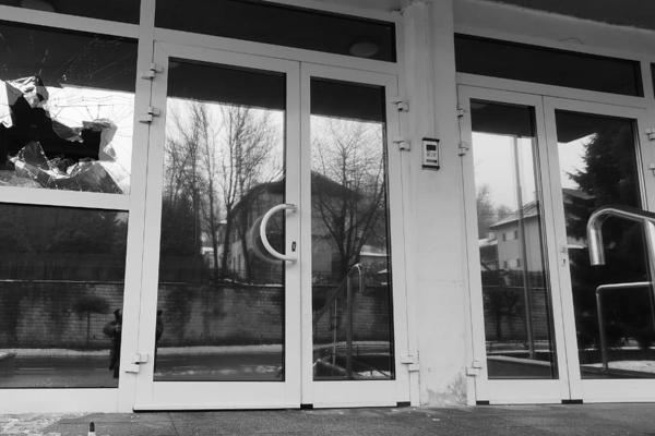 Rozbitá sklenená výplň na budove Krajského riaditeľstva Policajného zboru.