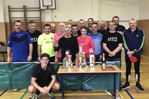 Účastníci Štefanského turnaja aj so starostkou.