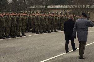 Vojaci nastúpení pred ministrom.