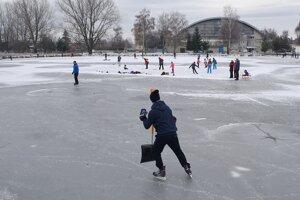 Korčuliari na zamrznutom rybníku v Poprade.