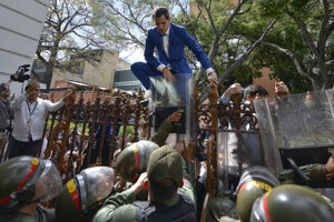 Juan Guaidó sa do parlamentu nedostal.