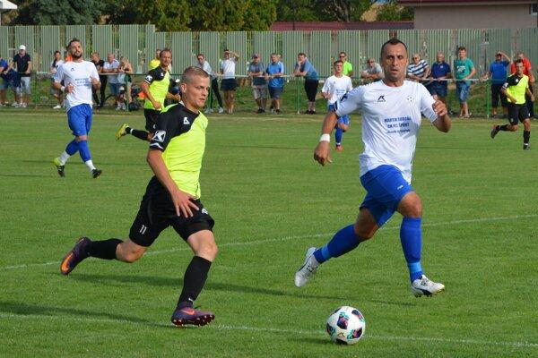 Hrajúci tréner Solčian Peter Doležaj (vpravo) počas zápasu v Jacovciach.