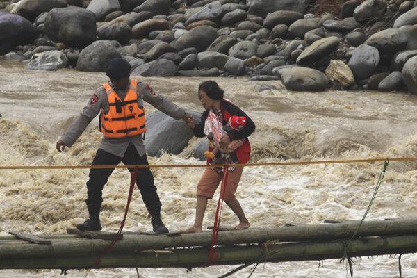 Záplavy a zosuvy pôdy, ktoré Jakartu a jej okolie sužujú od 31. decembra minulého roka, si vyžiadali už najmenej 67 obetí.