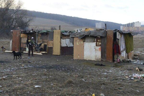 Mladý pár sa sexu oddával v nelegálnej osade Mašličkovo, v pozadí Lunik IX.