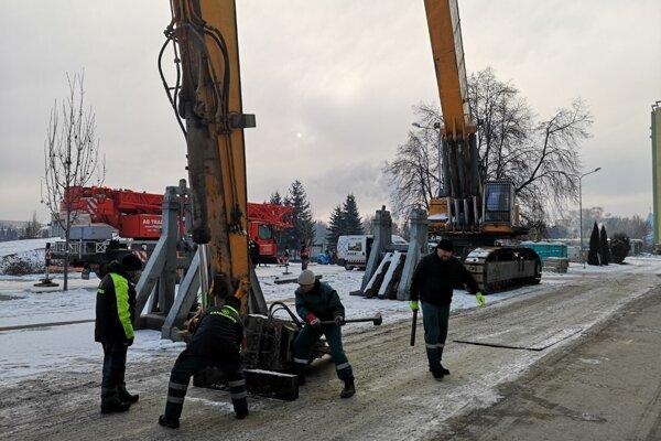 Pracovníci začali v utorok 7. januára s rozoberaním demolačného stroja. O niekoľko dní ho čaká prevoz z Prešova do Českej republiky.