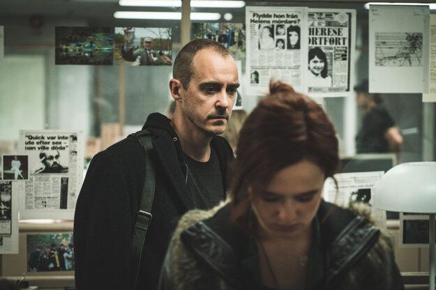 Jonas Karlsson a Alba August ako novinári pátrajúci po pravde v prípade Sture Bergwalla vo filme Dokonalý pacient