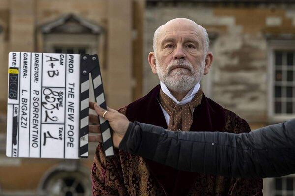 Z britského kňaza pápežom. John Malkovich v seriáli Nový pápež.