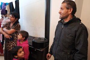 Pavol Macko sa s rodinou presťahoval z chatrče do nového bytu po 35 rokoch.