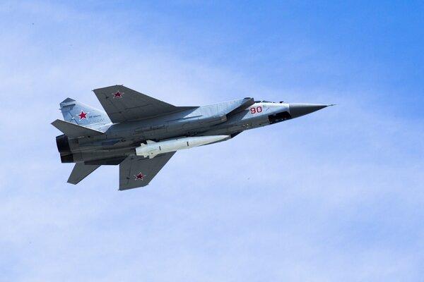 Stíhačka MiG-31K nesúca strelu Kinžal.