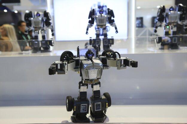 Robot Robosen T9, ktorý sa dokáže premeniť a auto a späť. Zvládne širokú paletu pohybov, vrátane kľukov.