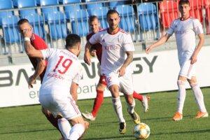 K hráčom, ktorí opúšťajú Bardejov, patria aj Michal Horodník (v strede) a Marko Milunovič (č. 19).