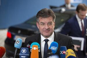 Šéf slovenskej diplomacie Miroslav Lajčák odpovedá na otázky novinárov počas príchodu na mimoriadne rokovania zamerané na aktuálnu situáciu v regióne Blízkeho východu.