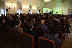 Atmosféra počas začiatku programovej konferencie strany.
