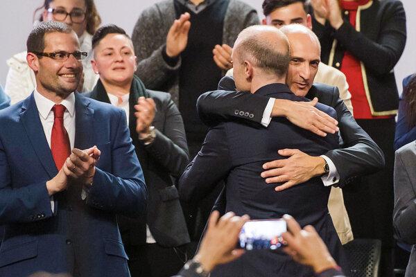 Muscat avizoval, že zostane poslancom maltského parlamentu.