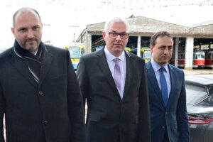 Primátor Jaroslav Polaček so šéfmi DPMK pri ich predstavení v decembri 2018 - generálnym riaditeľom Vladimírom Padyšákom (v strede) a predsedom predstavenstva Marcelom Čopom (vpravo).