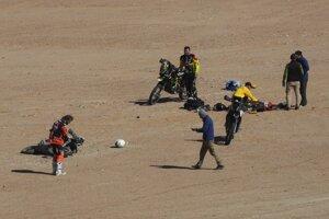Toby Price (celkom vľavo) a Štefan Svitko pri motocykli a tele zosnulého Paula Goncalvesa.
