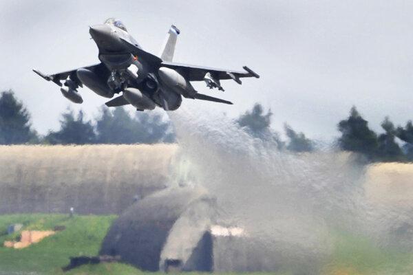 Na archívnej snímke z 27. apríla 2010 americké stíhacie lietadlo F-16 štartuje zo základne Spangdahlem.