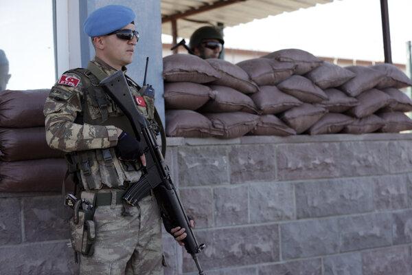 Príslušník špeciálnych jednotiek hliadkuje pred súdom v Ankare.