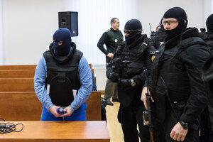 Zoltána Andruskóa priviedli na súd v kukle.